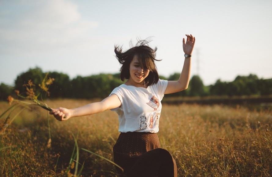Resultado de imagem para garota feliz pexels