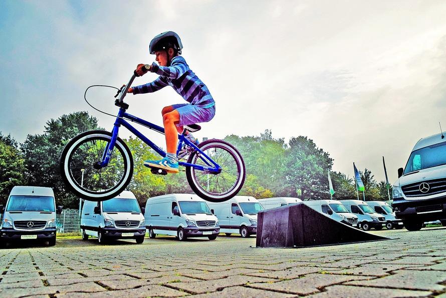 criança saltando numa bicicleta | publicidade infantil