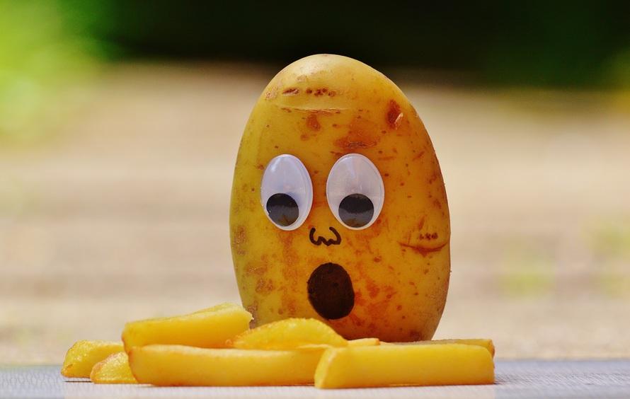 batata com olhinhos e boca desenhada chocada com a batata frita | publicidade infantil